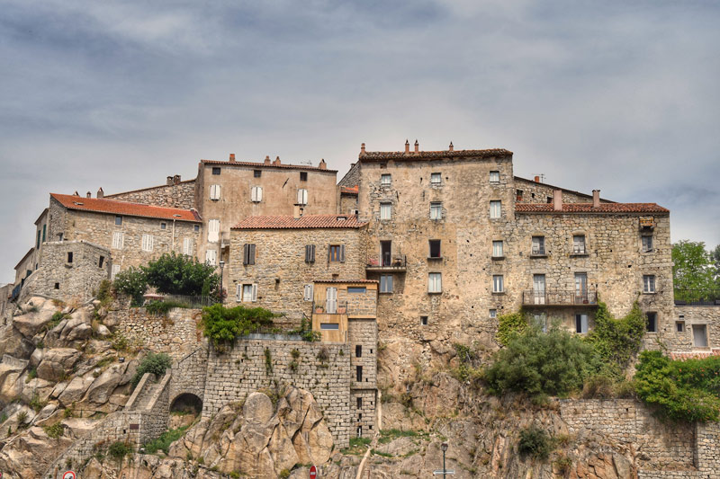 Bajkovito francusko selo smješteno na stijeni odmah ćete poželjeti posjetiti