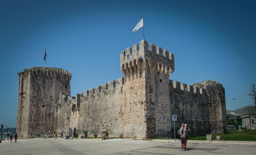 Tvrđava Kamerlengo je smještena u zapadnom dijelu Trogirskog poluotoka